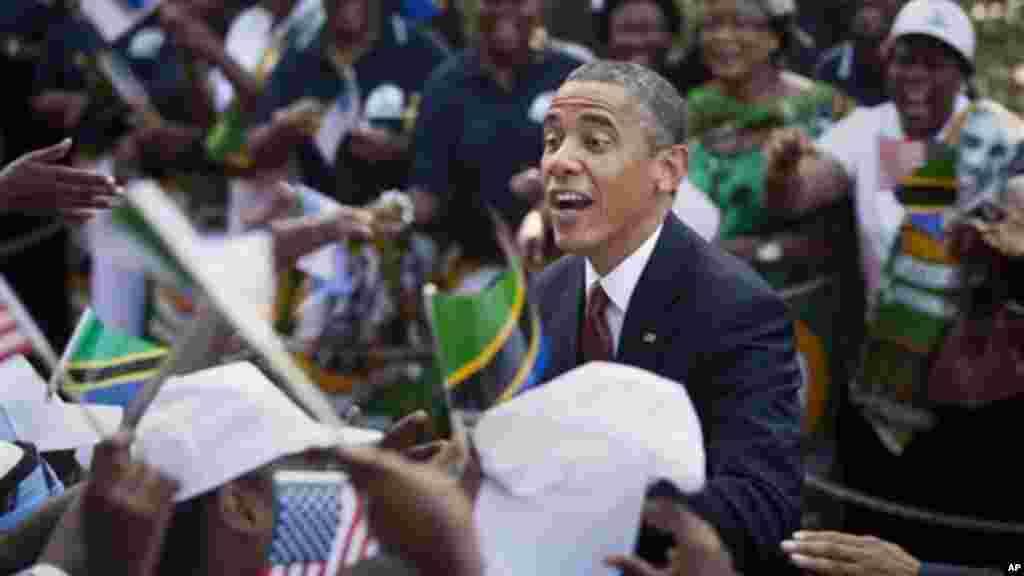 Rais Obama akitoa mkono kwa wanawake kwenye msitari wa kumkaribisha alipowasili Dar es Salaam.