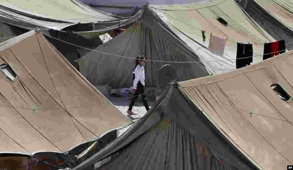 Una niña refugiada siria camina entre las tiendas del campo de Marj en la frontera con Líbano.