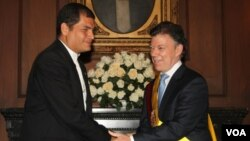 Los presidentes Rafael Correa de Ecuador y Juan Manuel Santos de Colombia, se reunieron por primera vez durante la asunción del mandatario colombiano.