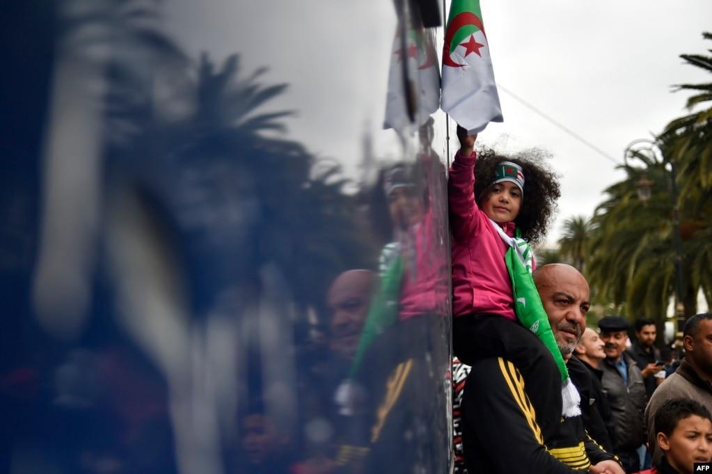 알제리 알제에서 열린 부테플리카 알제리 대통령의 퇴진 요구시위에 부녀가 참석했다.