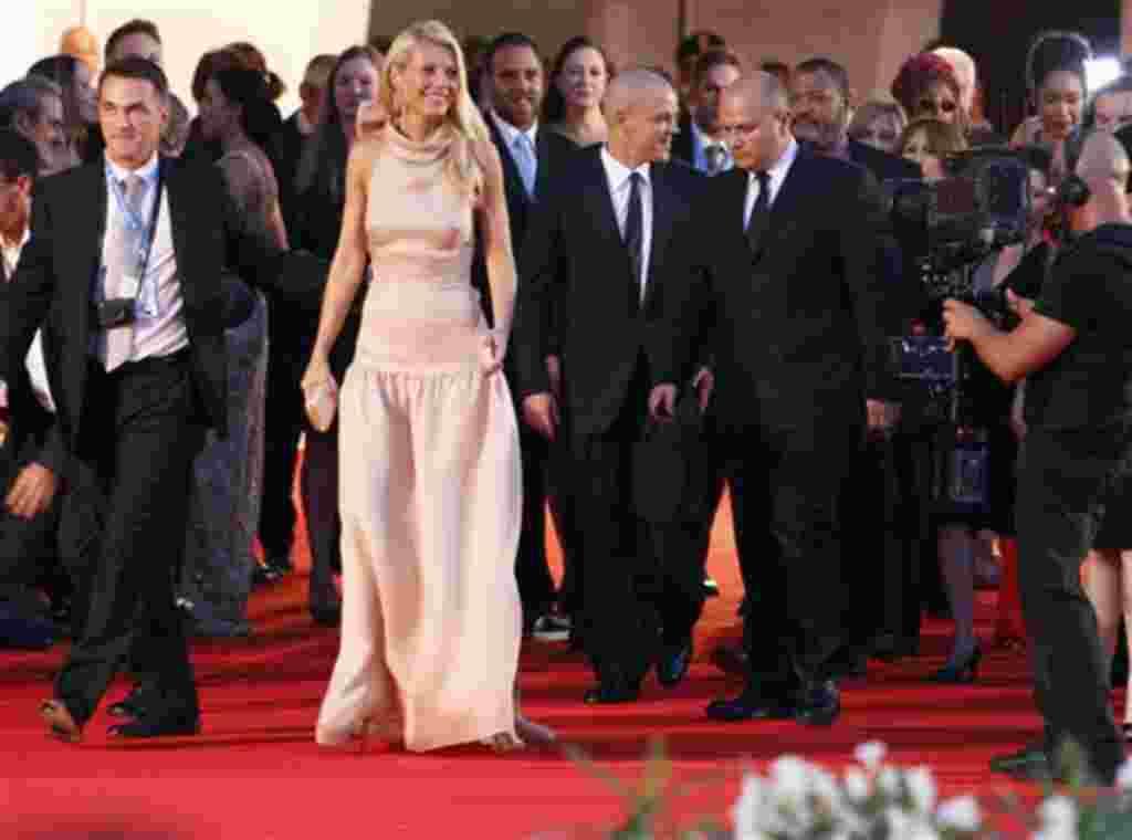 La actriz Gwyneth Paltrow, y el actor Matt Damon, tercero desde la izquierda en primer plano, llegan para el estreno de la película 'Contagio' en la edición 68 del Festival de Cine de Venecia en Italia.