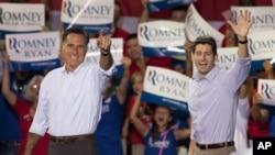 Berbijarê Komarî Mitt Romney, çep, û Cîgirê wî Paul Ryan, rast, li North Carolina