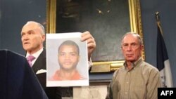 Komesar njujorške policije Rejmond Keli sa fotografijom jednog od osumnjičenih i gradonačelnik Njujorka Majkl Blumberg