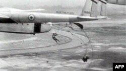 Binh sĩ Pháp nhảy dù xuống Ðiện Biên Phủ