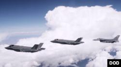 """""""美国空军第一支取得初始作战资质的F-35飞行队""""(美国国防部照片)"""