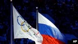 在俄罗斯索契举行的2014年冬奥会上的奥运会旗帜和俄罗斯国旗