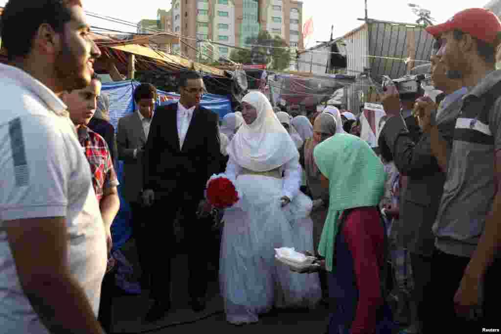 قاہرہ میں ایک مظاہرے کے بعد شادی کی تقریب ہوئی۔