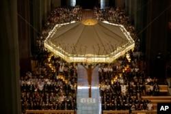 Para politisi dan tamu-tamu kehormatan menghadiri misa untuk para korban serangan terorisme di Sagrada Familia Basilica di Barcelona, 20 Agustus 2017.