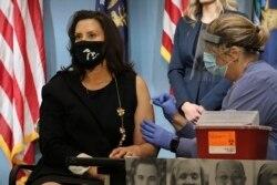 Губернаторка штату Мічиган Гретхен Вітмth отримує щеплення від грипу під час прес-конференції,25 серпня 2020, AP