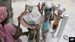 Trẻ em Ấn Độ khiêng đá tại một nhà máy ở ngoại ô Gauhati. Ấn Độ là nước có số người bị buộc phải làm nô lệ nhiều hơn bất kỳ quốc gia nào khác – hơn 18 triệu người, và nạn nhân phần lớn là trẻ em.