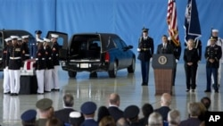 လစ္ဗ်ားနိုင္ငံမွာ အသတ္ခံခဲ့ရတဲ့ အေမရိကန္သံတမန္ ၄ ေယာက္ရဲ႕ ႐ုပ္ကလပ္မ်ားအား အေမရိကန္ကို လႊဲေျပာင္းေပးတဲ့ အခမ္းအနားမွာ သမၼတ Barack Obama မိန္႕ခြန္းေျပာေနစဥ္
