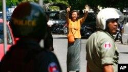 Cảnh sát Campuchia đã dùng hơi cay để giải tán cuộc biểu tình và bắt giữ ít nhất 4 chính trị gia, bị cáo buộc cầm đầu nhóm biểu tình.
