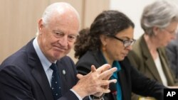 UN special envoy Staffan de Mistura (l) attends a meeting at Palais des Nations in Geneva, April 18, 2016.