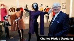 """Perancang busana Perancis Pierre Cardin berpose di depan kreasi busananya di museumnya yang disebut """"Past-Present-Future"""" di Paris 12 November 2014. (Foto: REUTERS/Charles Platiau)"""