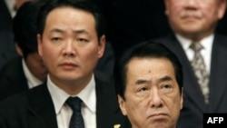 Sự ủng hộ dành cho Thủ tướng Naoto Kan (phía trước) đã bị ảnh hưởng vì tình trạng bế tắc về chính sách trong quốc hội