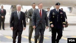 Menteri Pertahanan AS Robert Gates (kiri) tiba di Riyadh, Arab Saudi, sebelum berangkat ke Irak, Rabu (6/4).