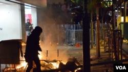 旺角衝突有示威者隔著火堆及障礙物與防暴警察對峙。(美國之音湯惠芸拍攝)