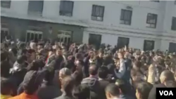 معترضان در مشهد مقابل شهرداری این شهر تجمع کرده بودند.