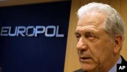 Dimitris Avramopoulos, commissaire européen à la migration et aux affaires intérieures au siège d'Europol, La Haye, Pays-Bas, le 22 février 2016.
