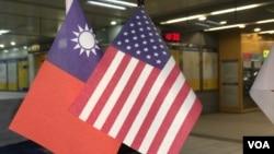 陈列于台北捷运站的装饰性美国和中华民国国旗(美国之音齐勇明摄)