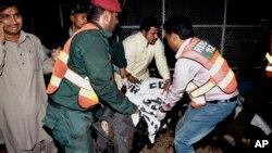 지난달 27일 파키스탄 라호르 시에서 탈레반 소행의 폭탄 테러가 발생한 가운데, 구조대가 사망자들의 사체를 운반하고 있다.