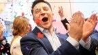 Ông Volodymyr Zelenskiy sau khi biết tin về kết quả thăm dò cử tri rời phòng phiếu hôm 21/4.