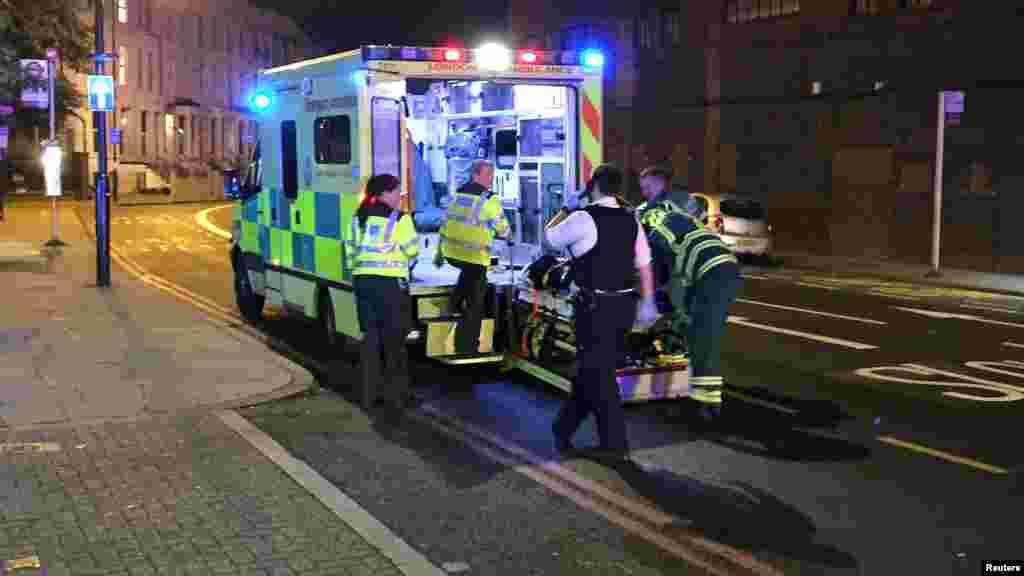 Les services d'urgences sur placedans le quartier du parc Finsbury, dans le nord de Londres,le 19 juin 2017.