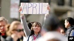 Justine Franco dari Montpelier, Vermont, mencari temannya yang hilang, April, yang mengikuti Marathon Boston untuk pertama kalinya pada 15/4. (AP/Winslow Townson)