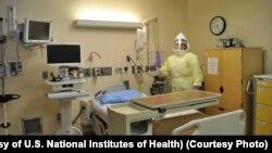 에볼라 감염 환자를 돌보는 미국 국립보건원 (NIH) 관계자가 보호복을 입고 있다. (자료사진)