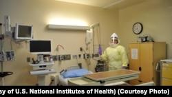 Nhân viên phải mặc trang phục bảo hộ khi chăm sóc bệnh nhân bị nhiễm Ebola hay bệnh truyền nhiễm khác trong Viện Y tế Quốc gia