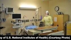 Seorang pekerja AS di rumah sakit NIH mengenakan pakaian pelindung khusus dari wabah ebola (foto: dok).