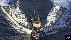 2012年8月15日,在一些活動人士離開保釣船登島後,保釣船被日本海上保安廳巡邏船包夾。