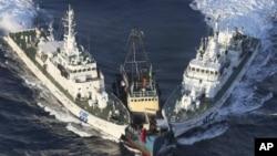 今年8月15日保釣人士前往釣魚島,遭到日本船隻阻攔