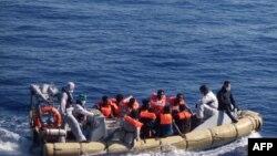 Di dân trên thuyền sau khi bị bắt và được cứu bởi quân đội Ý ngoài khơi bờ biển Sicily.