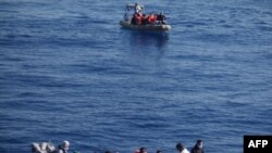 6月6日意大利海军公布的照片显示意大利军方拦截了在地中海上漂泊的试图入境的移民
