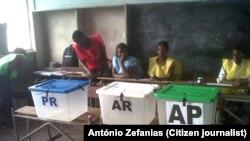 Assembleia de voto em Quelimane, que abriu às 7h00 da manhã. Província da Zambézia, Moçambique, 15 Out, 2014. Foto enviada por António Zefanias