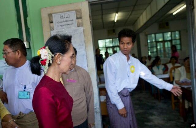 Lãnh tụ dân chủ Aung San Suu Kyi đi bỏ phiếu tại Yangon, Myanmar, ngày 8/11/2015.