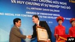 Ông Nguyễn Huy Tưởng trao huân chương hữu nghị cho doanh nhân Mỹ Anthony D. Salzman, 14/5/2010