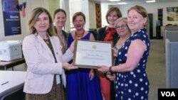 VOA Director Amanda Bennett (R) presents Certificate of Appreciation to the VOA Bosnian Service