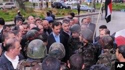 지난 2012년 시리아 홈스의 군인들을 격려하고 있는 바샤르 알 아사드 시리아 대통령. (자료사진)