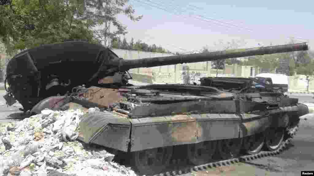 Harap olmuş bir Suriye ordusu tankı, Şam, 28 Temmuz 2012
