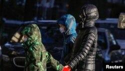 Siswa meninggalkan sekolah setelah dinyatakan ditutup untuk mencegah perluasan penyebaran Covid-19 di Kota New York, 18 November 2020. (Reuters)