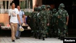 지난 30일 경계가 강화된 중국 북서부 신장의 위구르자치구에서 무장군인들이 순찰을 돌고 있다.