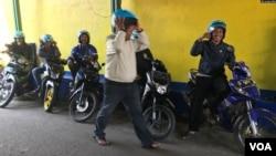 Para pekerja sektor informal dengan upah harian, seperti pengemudi ojek di Kota Bandung ini, adalah kelompok paling terpukul saat wabah COVID-19. (Foto: VOA/Rio Tuasikal)