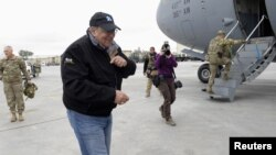 Menhan AS Leon Panetta bersiap untuk memberikan sambutan di depan para tentara AS sebelum memasuki pesawatnya di bandara Kandahar, Afghanistan (13/12). Pembom bunuh diri menewaskan seorang tentara AS dan dua warga sipil Afghanistan beberapa jam setelah Menhan AS meninggalkan Kandahar, Kamis (13/12).
