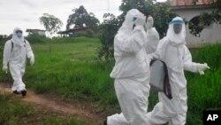 Des travailleurs de la santé cherchant à retrouver les contact du jeune homme mort du virus Ebola au Liberia (AP Photo/ Abbas Dulleh)