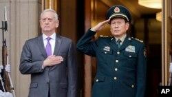 Menteri Pertahanan AS James Mattis (kiri) dan Menhan China Wei Fenghe dalam upacara penyambutan di Pentagon, Jumat (9/11).