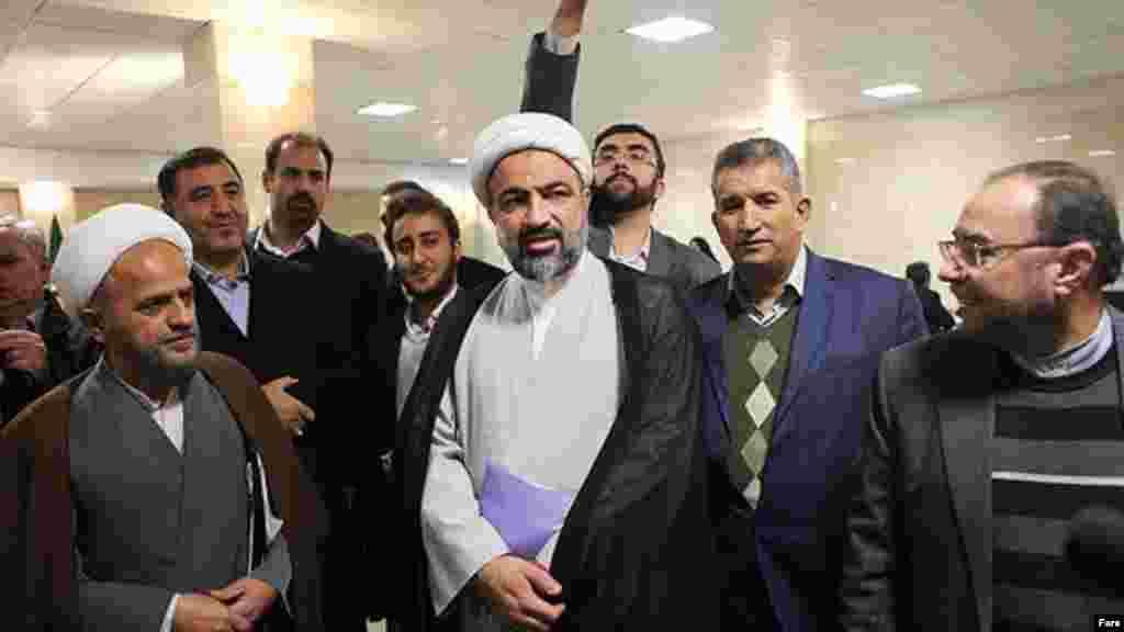 حمید رسایی یکی از چهره های جنجالی نزدیک به دولت احمدی نژاد است که در مجلس حضور داشت و برای دوره جدید در انتخابات مجلس شورای اسلامی ثبت نام کرده است. عکس، فارس