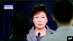 Televidentes ven el discurso de la presidente Park, en la que se disculpó con el país por la tragedia del ferry.