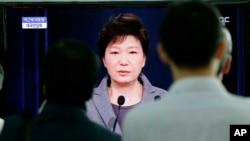 Tổng thống Park Guen Hye đọc diễn văn truyền hình trực tiếp về việc giải tán lực lượng cảnh sát biển Hàn Quốc.